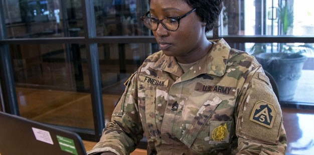 Army mechanic training with a computer
